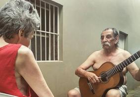 Músico de 72 anos, faz serenata à esposa com alzheimer e bomba nas redes sociais