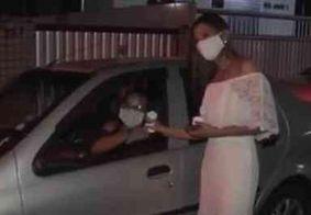 Noivos se casam na pandemia e ganham carreata de famílias e amigos