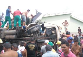 Motorista perde controle de caminhão e invade residência na Paraíba