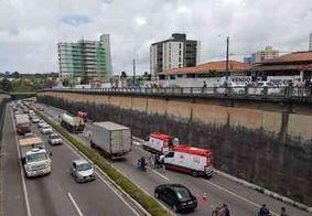 Imagens: motociclista e garupa são arremessados de viaduto após colisão com carro em João Pessoa