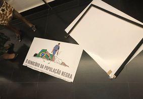 Deputado do PSL destrói placa que critica genocídio de negros, em exposição no Congresso Nacional