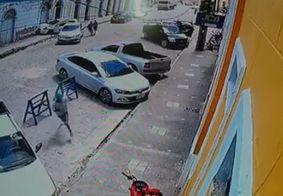 Vídeo mostra momento em que trio bate em carro e foge a pé após sequestro em JP; veja