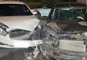 Carros colidem em cruzamento em João Pessoa
