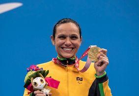 Carol Santiago exibe orgulhosa a sua medalha de ouro conquista em Tóquio