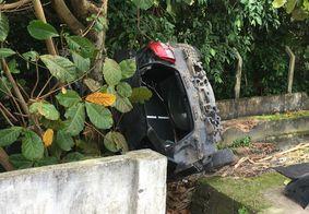 PM captura suspeito após trio roubar e capotar carro em João Pessoa