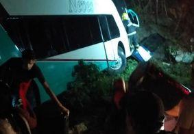 Ônibus que levava jovens para EJC tomba e deixa feridos, na Paraíba