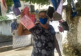 Dona de casa doa máscaras para os profissionais de hospital da PM, em João Pessoa