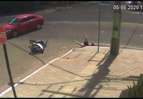Motociclista que caiu em bueiro sofreu lesão na coluna, diz família