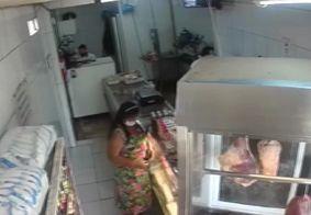 Câmera flagra mulher furtando celular de funcionário de açougue; assista