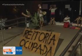 Após acordo com a PF, alunos acorrentados na reitoria ocupam outro local da UFPB