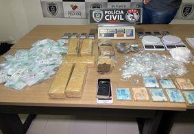 Drogas, balanças, celulares e dinheiro foram apreendidos.