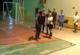 Vídeo: árbitra é agredida a socos durante partida de futsal
