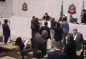Vídeo: parlamentar toca seio de deputada em SP e é acusado de assédio
