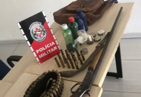 Polícia apreende arma e munições em carro com restrição de roubo no interior da PB