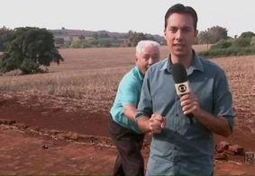 Senhor dá susto em repórter da Globo durante gravação em cidade do interior; assista