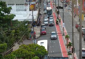 Colisão entre carro e ônibus deixa trânsito complicado na Ruy Carneiro