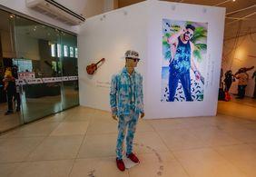 Exposição apresenta figurinos e instrumentos de Gabriel Diniz; veja fotos
