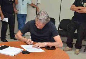 Roberto Santiago deve entregar passaporte e fará uso de tornozeleira eletrônica
