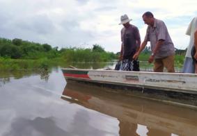 Após rompimento de ponte, moradores atravessam rio com canoa, em Santa Rita