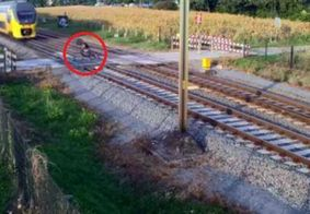 Vídeo mostra ciclista escapando por pouco de ser atropelado por trem