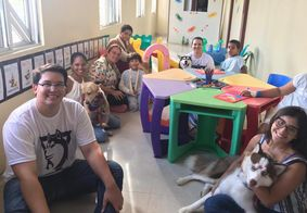 Terapia com cães auxilia tratamento de crianças na Paraíba