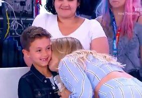 Eliana surpreende o filho durante programa e encanta a todos