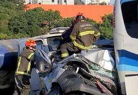 Engavetamento com 16 veículos deixa três mortos em rodovia de SP