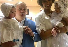 Erick Jacquin batiza os filhos gêmeos, mas bolo gigante é que rouba a cena; veja