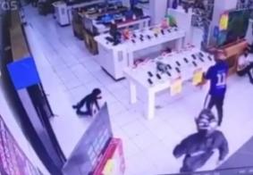 Bandidos invadem loja, ameaçam vendedores e levam 30 celulares, na PB