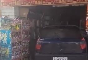 Motorista perde controle e carro invade comércio no interior da PB