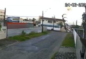Câmera flagra momento em que ônibus colide com poste e provoca explosão, em João Pessoa