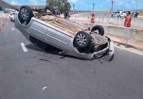 Motorista tenta desviar de veículo e acaba capotando