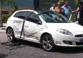 Carro capota durante acidente, em João Pessoa