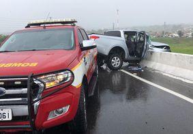 Veículo colidiu com a mureta de contenção da via