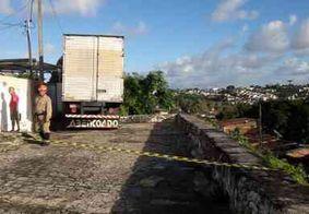 Caminhão bate em mureta de proteção e parte dela atinge casa, em João Pessoa
