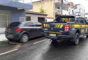 PRF prende dupla com carro roubado e documento falso na PB