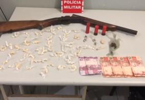 Espingarda 12, drogas e dinheiro são apreendidos em ação policial na Grande João Pessoa
