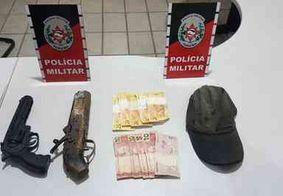 Dupla suspeita de assaltos é detida com arma e moto usadas em crimes no Sertão da PB