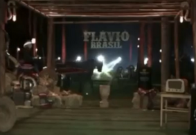 Vídeo: cantor vira meme após ser carregado por cavalo descontrolado em live