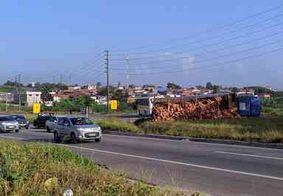 Caminhão carregado com tijolos tomba na BR-230; duas pessoas ficam feridas