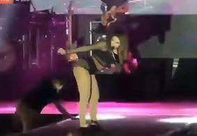 Fã invade palco de show e dá susto em Anitta; assista