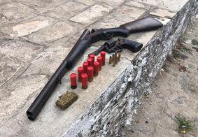 Polícia apreende armas e munições em casa abandonada em João Pessoa