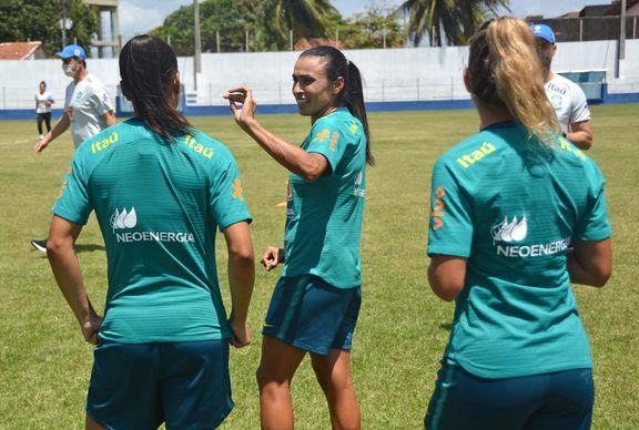 Seleção Brasileira faz treino no Estádio Wilsão, em Mangabeira