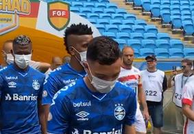 Grêmio entra em campo com máscaras para pedir suspensão de jogos