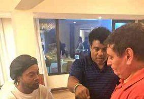Ronaldinho tinha passaporte original com dados falsos, diz Ministério Público