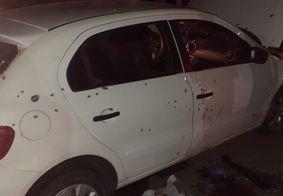 Carro utilizado por suspeitos foi atingido por dezenas de tiros