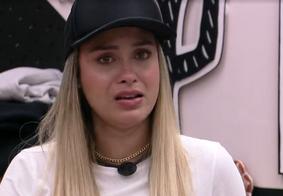 Sarah chorou durante conversa