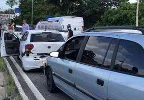 Engavetamento com quatro carros deixa trânsito congestionado na BR-230, em João Pessoa
